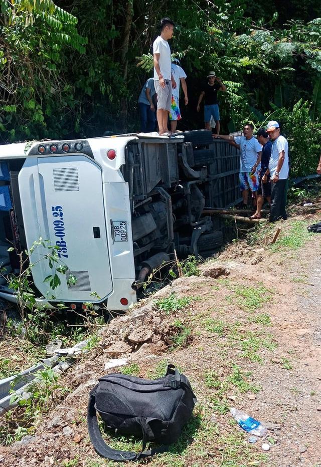 [Ảnh] Hiện trường vụ tai nạn khiến 9 người tử vong ở Quảng Bình, người tử vong, người bị thương nằm la liệt - Ảnh 3.