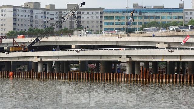 Cận cảnh cầu vượt hồ 314 tỷ đồng sắp hoàn thành ở Hà Nội - Ảnh 3.