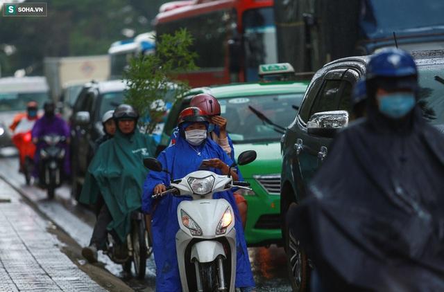 Cửa ngõ Đà Lạt ùn tắc kéo dài, hàng trăm ôtô nhúc nhích từng chút trong cơn mưa chiều - Ảnh 5.