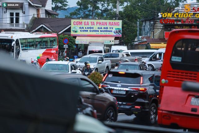 Cửa ngõ Đà Lạt ùn tắc kéo dài, hàng trăm ôtô nhúc nhích từng chút trong cơn mưa chiều - Ảnh 6.