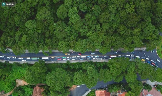 Cửa ngõ Đà Lạt ùn tắc kéo dài, hàng trăm ôtô nhúc nhích từng chút trong cơn mưa chiều - Ảnh 7.