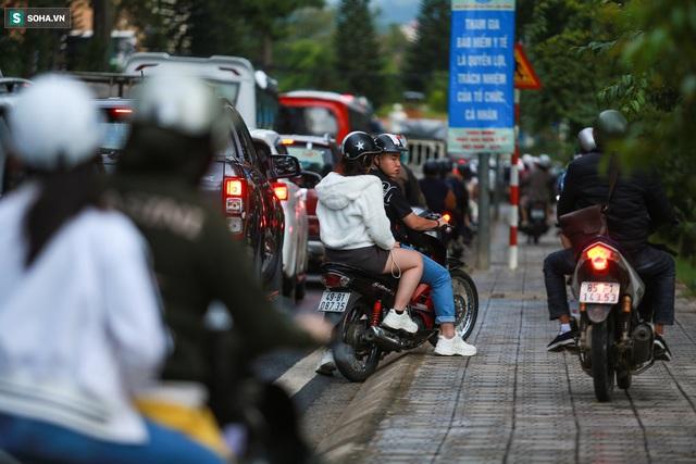 Cửa ngõ Đà Lạt ùn tắc kéo dài, hàng trăm ôtô nhúc nhích từng chút trong cơn mưa chiều - Ảnh 8.