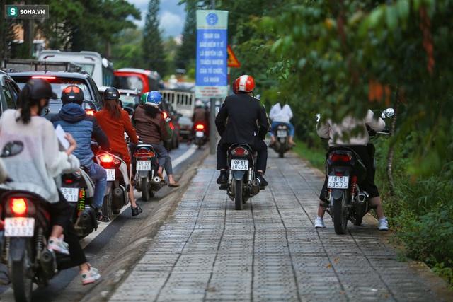 Cửa ngõ Đà Lạt ùn tắc kéo dài, hàng trăm ôtô nhúc nhích từng chút trong cơn mưa chiều - Ảnh 10.