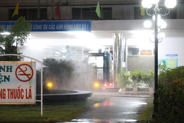 Chùm ảnh: Phun thuốc tiêu độc hai bệnh viện tại Đà Nẵng trong đêm  - Ảnh 2.