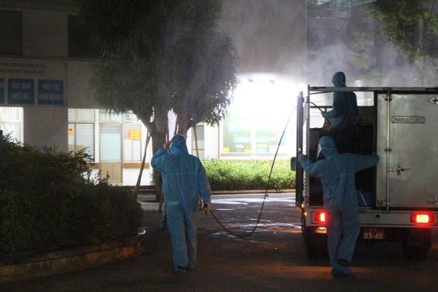 Chùm ảnh: Phun thuốc tiêu độc hai bệnh viện tại Đà Nẵng trong đêm  - Ảnh 4.