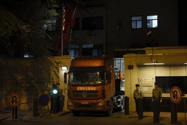 Những hình ảnh cuối tại lãnh sự quán Mỹ ở Thành Đô trước khi cờ Mỹ bị hạ xuống - Ảnh 3.