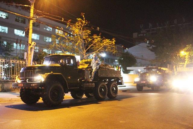 Chùm ảnh: Phun thuốc tiêu độc hai bệnh viện tại Đà Nẵng trong đêm  - Ảnh 5.