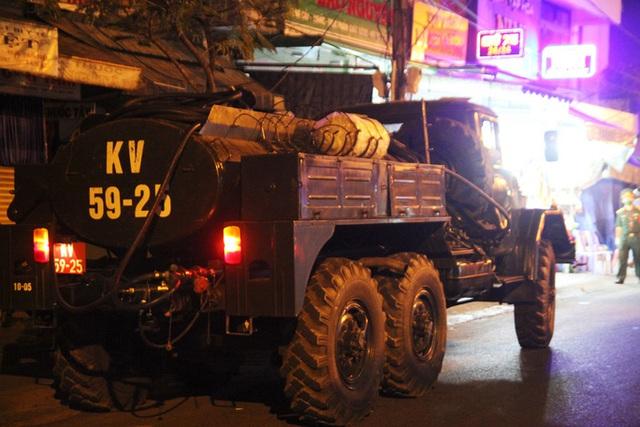 Chùm ảnh: Phun thuốc tiêu độc hai bệnh viện tại Đà Nẵng trong đêm  - Ảnh 6.