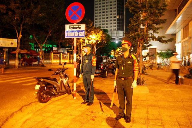Chùm ảnh: Phun thuốc tiêu độc hai bệnh viện tại Đà Nẵng trong đêm  - Ảnh 7.