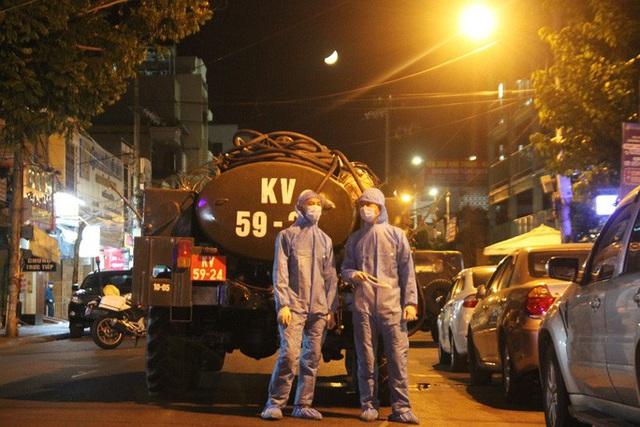 Chùm ảnh: Phun thuốc tiêu độc hai bệnh viện tại Đà Nẵng trong đêm  - Ảnh 9.