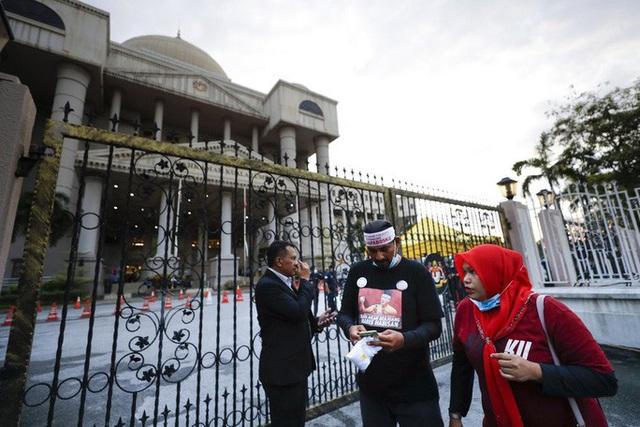 Cựu Thủ tướng Malaysia Najib lãnh 7 tội danh trong đại án 1MDB - Ảnh 3.