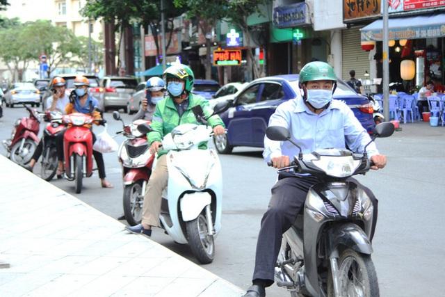 Người dân TP HCM kích hoạt thói quen mang khẩu trang  - Ảnh 12.