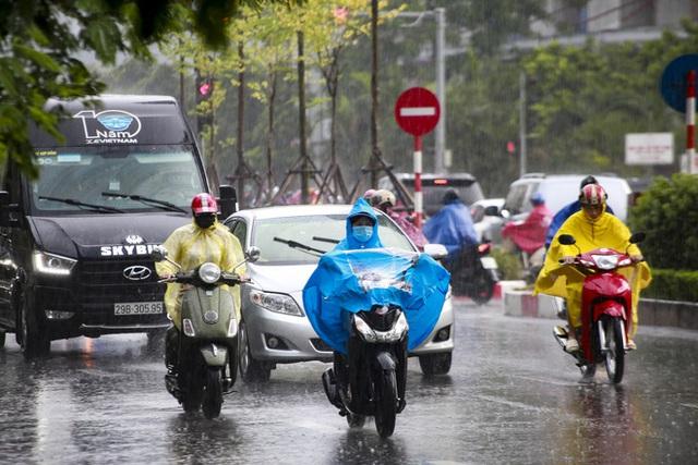 Video: Hà Nội đón cơn mưa vàng ngắn ngủi giải nhiệt sau nhiều ngày nắng nóng - Ảnh 2.