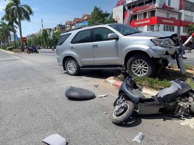 Lãnh đạo UBKT Tỉnh ủy nói về bức ảnh 3 cán bộ đứng cầm điện thoại, nạn nhân nằm gục sau tai nạn - Ảnh 1.