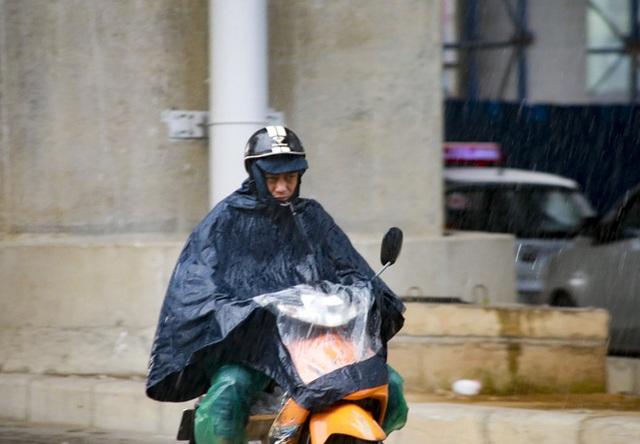 Video: Hà Nội đón cơn mưa vàng ngắn ngủi giải nhiệt sau nhiều ngày nắng nóng - Ảnh 3.