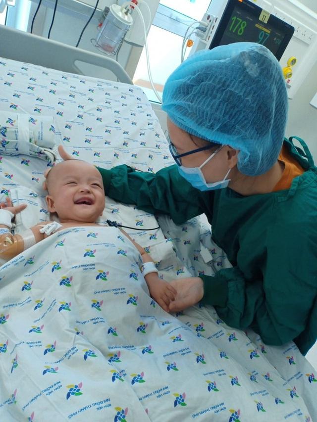 Chị em Trúc Nhi - Diệu Nhi nhoẻn miệng cười tươi rói khi được gặp bố mẹ, dù nằm 2 giường cách xa nhưng luôn hướng ánh nhìn về nhau - Ảnh 4.
