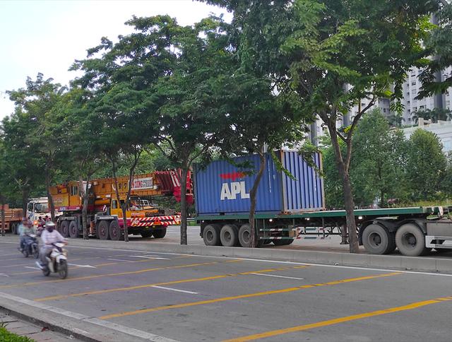 Nhiều tuyến đường ở Sài Gòn bị xe container chiếm dụng ngày đêm - Ảnh 1.