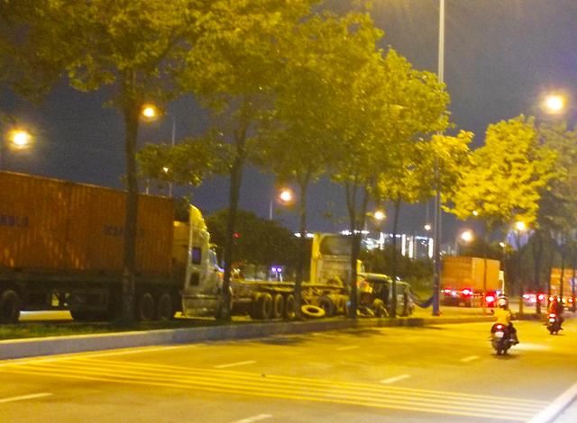 Nhiều tuyến đường ở Sài Gòn bị xe container chiếm dụng ngày đêm - Ảnh 2.