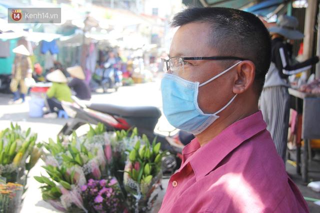 Người Sài Gòn nhắc nhau đeo khẩu trang nơi công cộng, bình tĩnh khi có ca nhiễm mới: Có chung tay thì mới đẩy lùi được dịch bệnh - Ảnh 11.