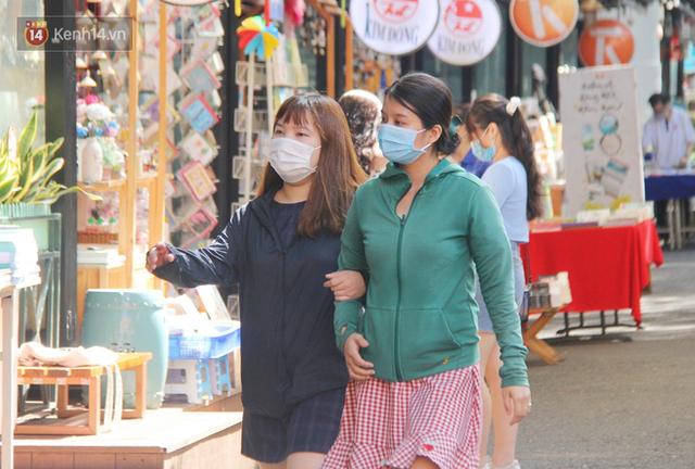 Người Sài Gòn nhắc nhau đeo khẩu trang nơi công cộng, bình tĩnh khi có ca nhiễm mới: Có chung tay thì mới đẩy lùi được dịch bệnh - Ảnh 16.