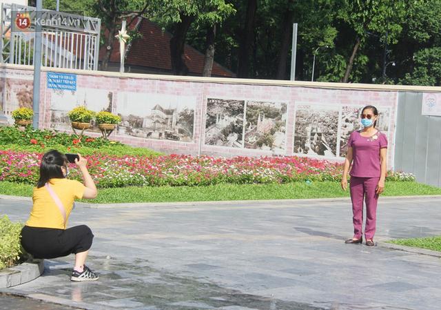 Người Sài Gòn nhắc nhau đeo khẩu trang nơi công cộng, bình tĩnh khi có ca nhiễm mới: Có chung tay thì mới đẩy lùi được dịch bệnh - Ảnh 19.