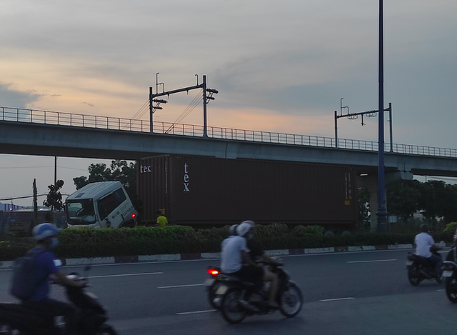Nhiều tuyến đường ở Sài Gòn bị xe container chiếm dụng ngày đêm - Ảnh 3.