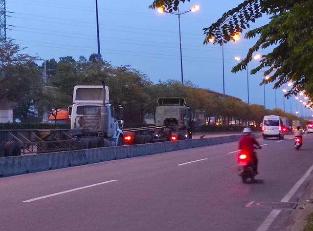 Nhiều tuyến đường ở Sài Gòn bị xe container chiếm dụng ngày đêm - Ảnh 4.