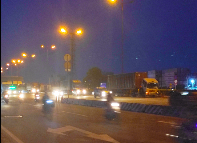 Nhiều tuyến đường ở Sài Gòn bị xe container chiếm dụng ngày đêm - Ảnh 5.