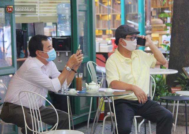 Người Sài Gòn nhắc nhau đeo khẩu trang nơi công cộng, bình tĩnh khi có ca nhiễm mới: Có chung tay thì mới đẩy lùi được dịch bệnh - Ảnh 5.