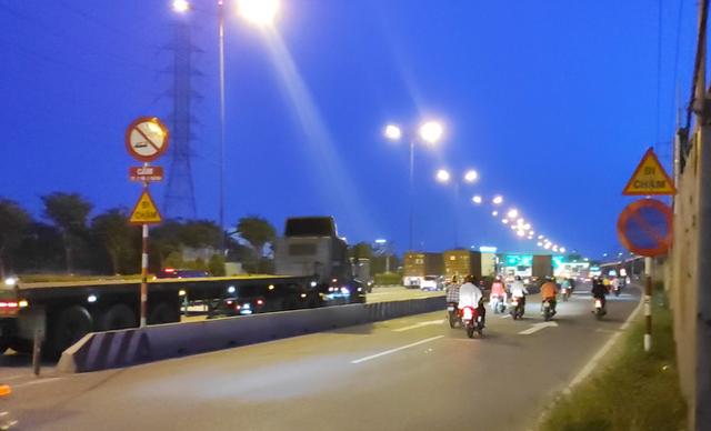 Nhiều tuyến đường ở Sài Gòn bị xe container chiếm dụng ngày đêm - Ảnh 6.