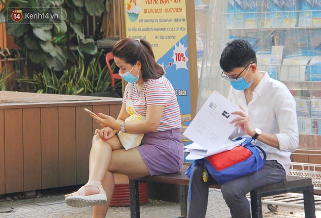 Người Sài Gòn nhắc nhau đeo khẩu trang nơi công cộng, bình tĩnh khi có ca nhiễm mới: Có chung tay thì mới đẩy lùi được dịch bệnh - Ảnh 6.