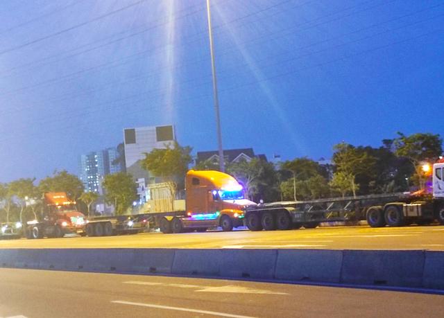 Nhiều tuyến đường ở Sài Gòn bị xe container chiếm dụng ngày đêm - Ảnh 7.