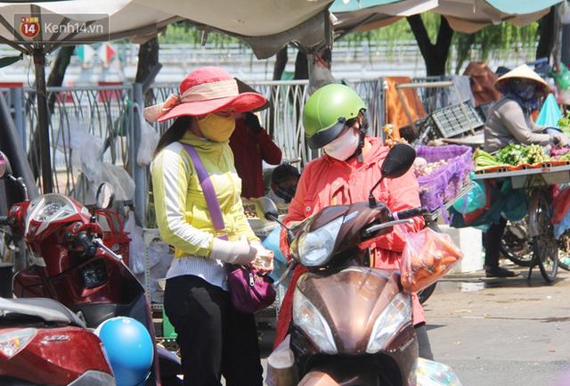 Người Sài Gòn nhắc nhau đeo khẩu trang nơi công cộng, bình tĩnh khi có ca nhiễm mới: Có chung tay thì mới đẩy lùi được dịch bệnh - Ảnh 8.