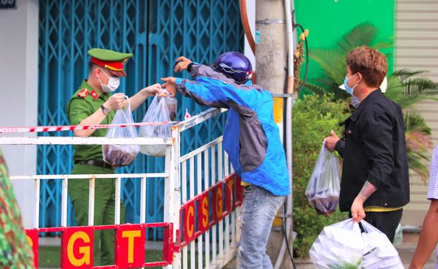 Người dân Đà Nẵng cùng mang nhu yếu phẩm tiếp tế cho bệnh nhân, bác sĩ, công an trong khu cách ly: Các bạn cần gì cứ nói! - Ảnh 14.