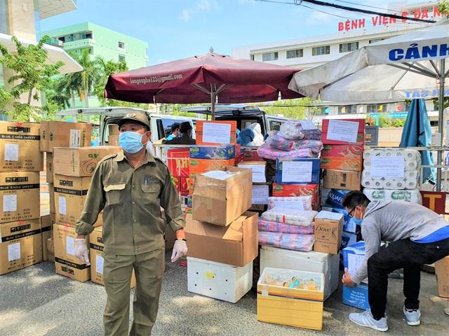 Người dân Đà Nẵng cùng mang nhu yếu phẩm tiếp tế cho bệnh nhân, bác sĩ, công an trong khu cách ly: Các bạn cần gì cứ nói! - Ảnh 7.
