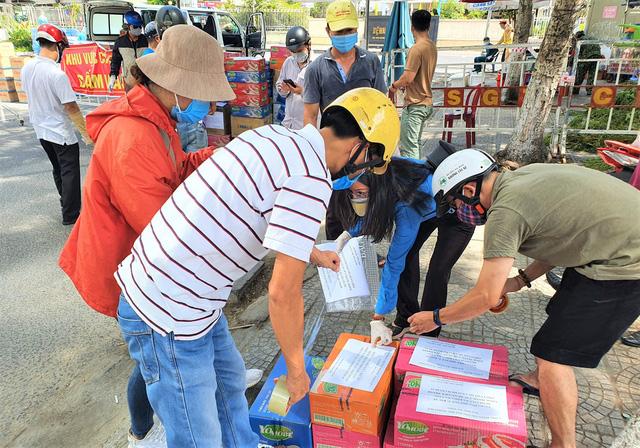Người dân Đà Nẵng cùng mang nhu yếu phẩm tiếp tế cho bệnh nhân, bác sĩ, công an trong khu cách ly: Các bạn cần gì cứ nói! - Ảnh 9.