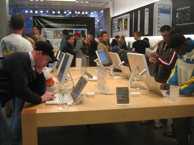 Sau cú ngã của Microsoft, bao giờ thì Samsung và Google sẽ nhận ra không ai có thể copy thành công chiến lược bán lẻ của Apple? - Ảnh 1.