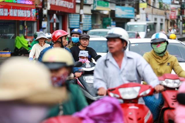 [ẢNH] Nước chảy xiết kéo nhiều xe máy đổ nhào giữa phố Sài Gòn, người dân dắt bộ cho an toàn - Ảnh 13.