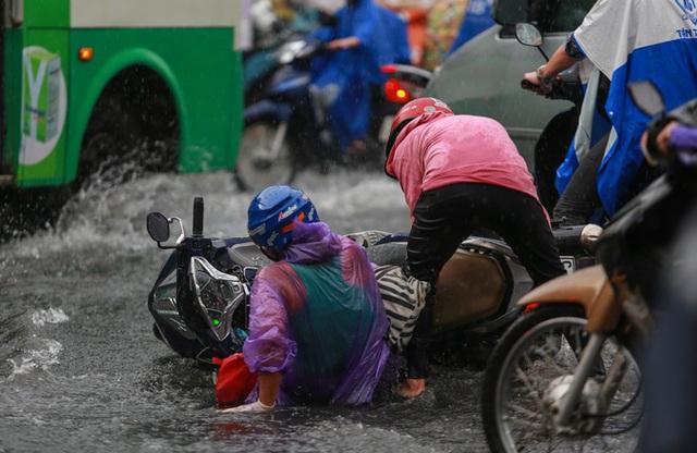 [ẢNH] Nước chảy xiết kéo nhiều xe máy đổ nhào giữa phố Sài Gòn, người dân dắt bộ cho an toàn - Ảnh 4.