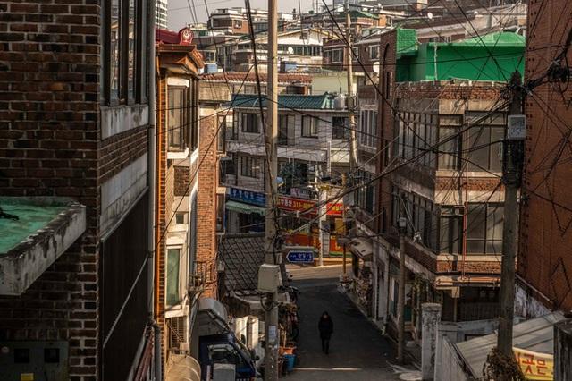 Nỗi ám ảnh cái nóng mùa hè trong những căn phòng chật hẹp khu ổ chuột Hàn Quốc, nơi người già bất lực còn người trẻ thì ôm mộng đổi đời - Ảnh 4.