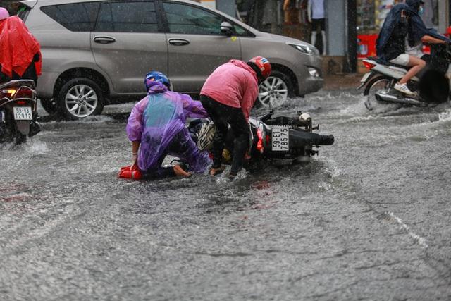 [ẢNH] Nước chảy xiết kéo nhiều xe máy đổ nhào giữa phố Sài Gòn, người dân dắt bộ cho an toàn - Ảnh 5.