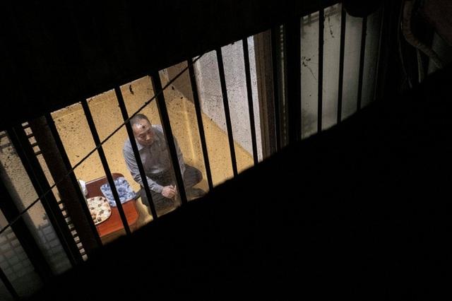 Nỗi ám ảnh cái nóng mùa hè trong những căn phòng chật hẹp khu ổ chuột Hàn Quốc, nơi người già bất lực còn người trẻ thì ôm mộng đổi đời - Ảnh 6.