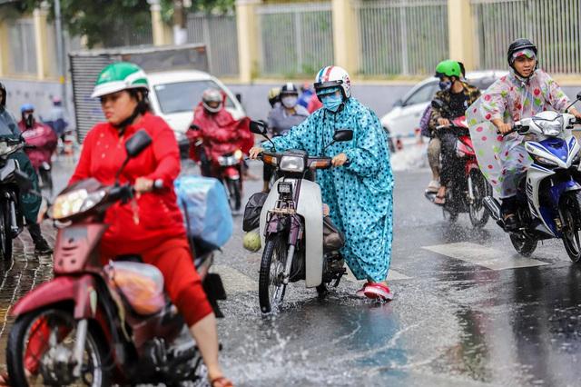 [ẢNH] Nước chảy xiết kéo nhiều xe máy đổ nhào giữa phố Sài Gòn, người dân dắt bộ cho an toàn - Ảnh 8.
