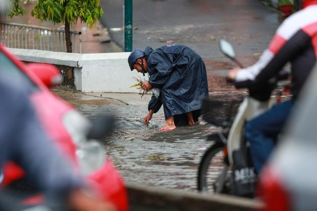 [ẢNH] Nước chảy xiết kéo nhiều xe máy đổ nhào giữa phố Sài Gòn, người dân dắt bộ cho an toàn - Ảnh 10.