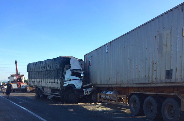Xe tải đối đầu với xe container trên quốc lộ khiến 1 người chết, 2 người bị thương - Ảnh 1.