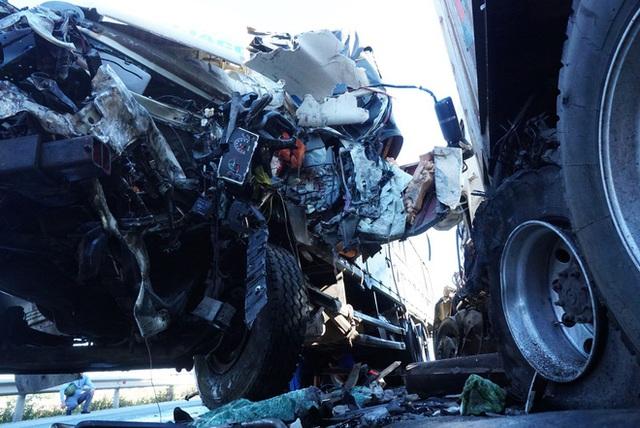 Xe tải đối đầu với xe container trên quốc lộ khiến 1 người chết, 2 người bị thương - Ảnh 3.