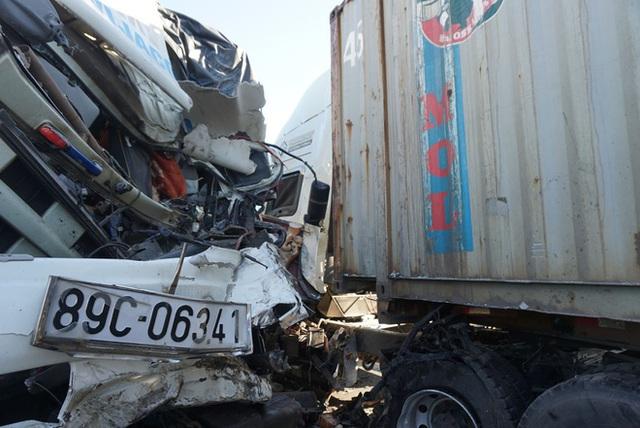 Xe tải đối đầu với xe container trên quốc lộ khiến 1 người chết, 2 người bị thương - Ảnh 6.