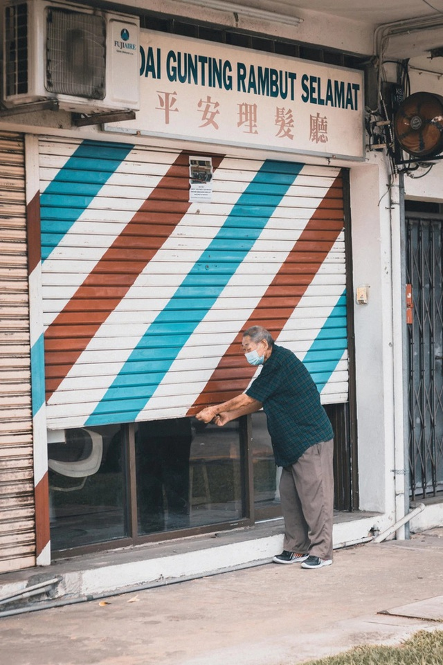 Tiệm cắt tóc hoạt động suốt 3 thập kỉ đóng cửa vĩnh viễn vì Covid-19, hình ảnh người thợ già lầm lũi ngày cuối cùng khiến nhiều người rơi nước mắt - Ảnh 6.