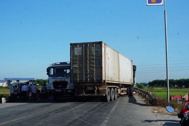 Xe tải đối đầu với xe container trên quốc lộ khiến 1 người chết, 2 người bị thương - Ảnh 8.