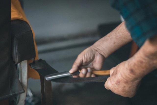 Tiệm cắt tóc hoạt động suốt 3 thập kỉ đóng cửa vĩnh viễn vì Covid-19, hình ảnh người thợ già lầm lũi ngày cuối cùng khiến nhiều người rơi nước mắt - Ảnh 8.